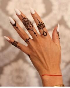 Узоры хной на пальцах рук